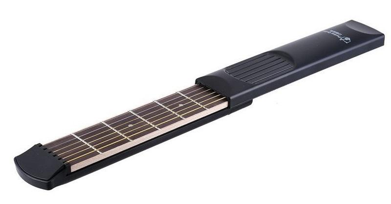 Una guitarra acústica portátil de bolsillo para tus viajes
